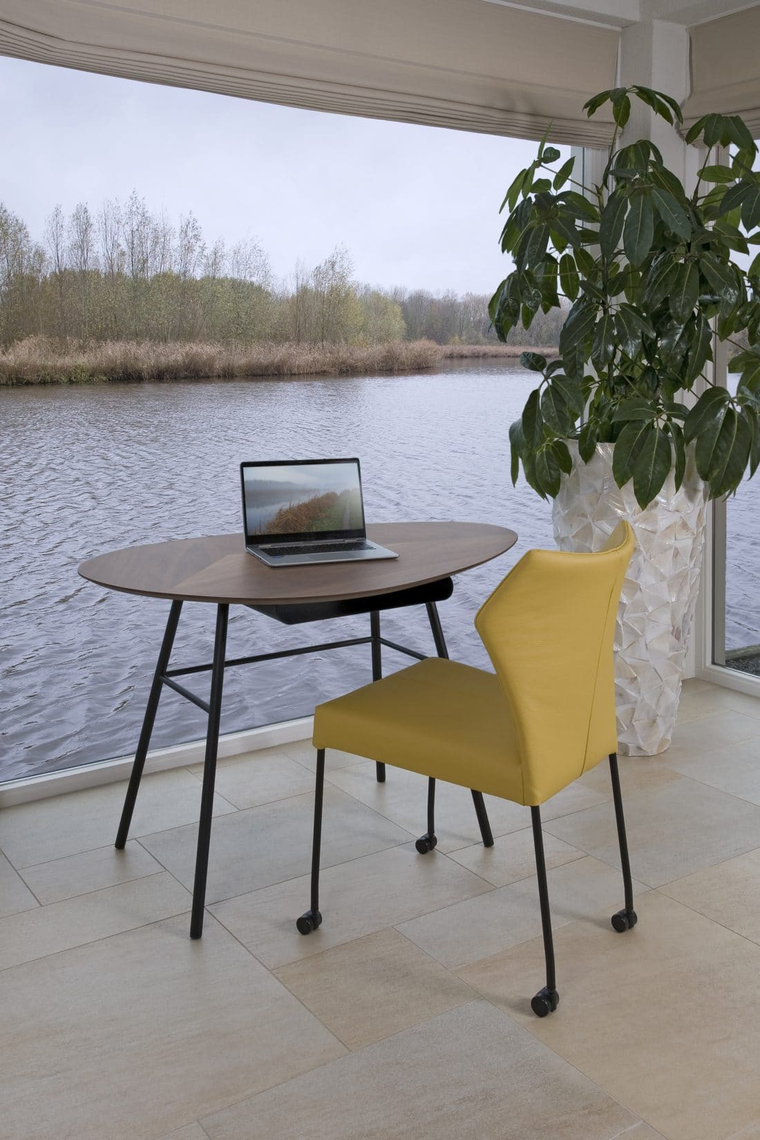 werkplek-thuis-woonkamer-bureautafeltje-twinny-desk-eetkamerstoel-fly
