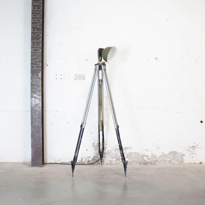 1596022233 122 Legerlamp Op Metalen Statief 01