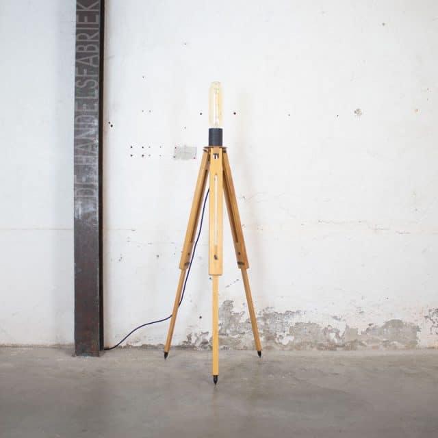 235 Tripod Lamp Lange Calex 02