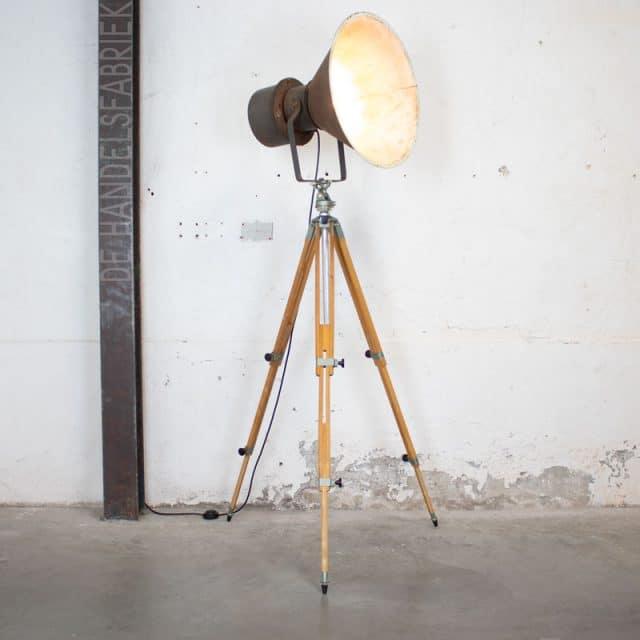 237 Tripod Lamp 03