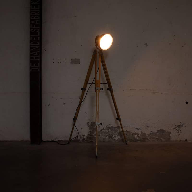 Legerlamp Op Landmeter Statief