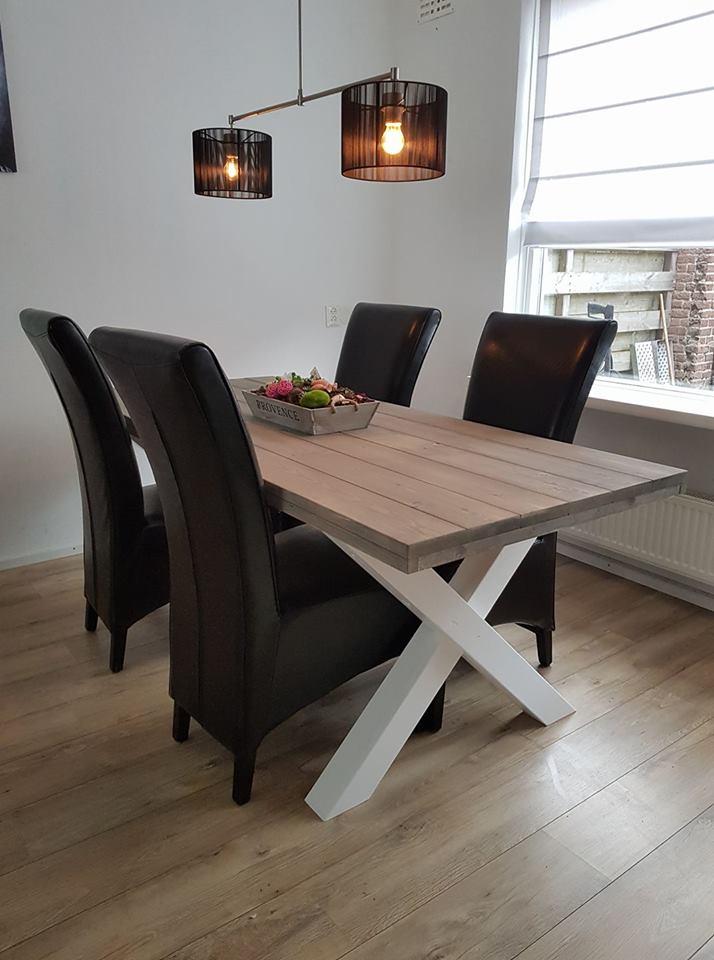 Eettafel met stoelen