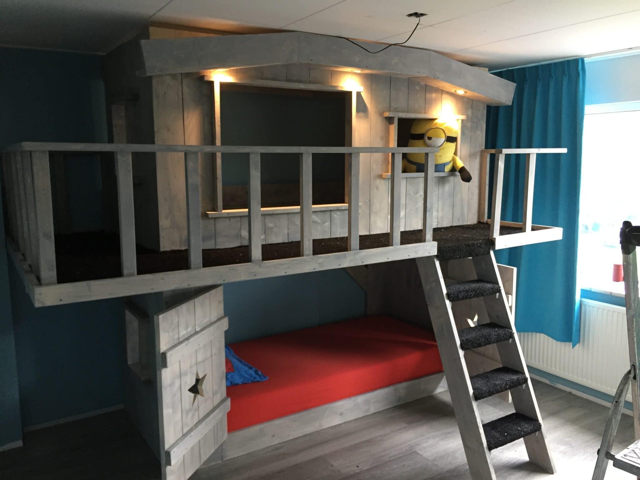 Boomhut bed xxl met spotjes balkon en tapijt