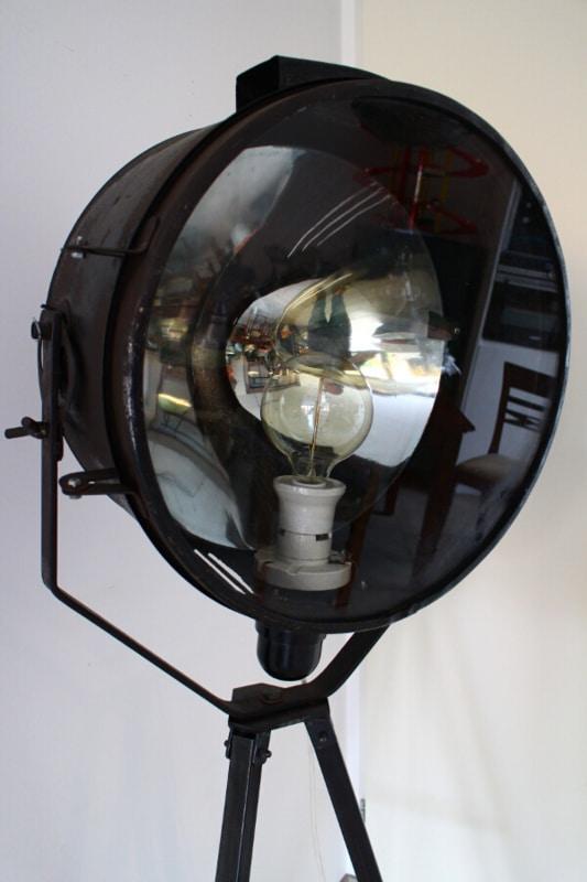 Vintage Spotlampe XXL auf Stativ