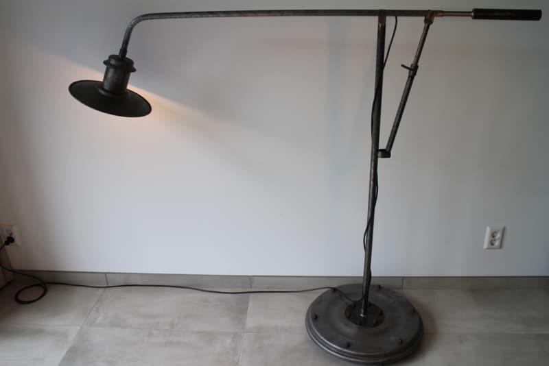 Industrielle Stehlampe auf Rädern