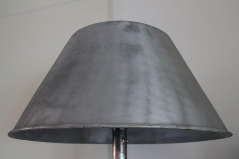 Industriële vloerlamp op driepoot met aluminium kap