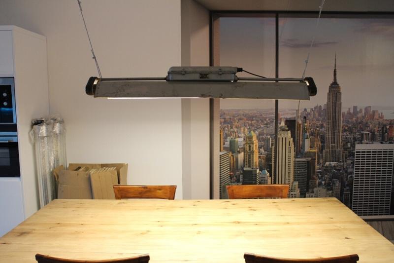 Industriële hanglamp boven eiken eettafel