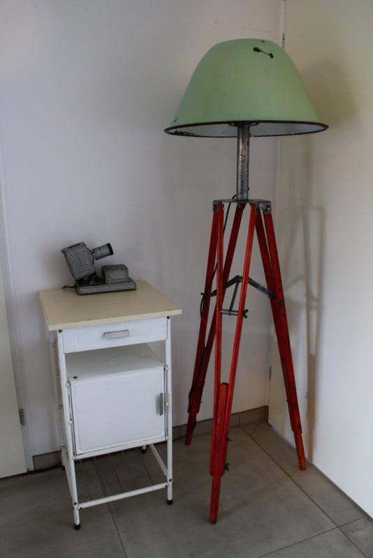 Industrie-Stehlampe auf Stativ mit Aluminiumschirm