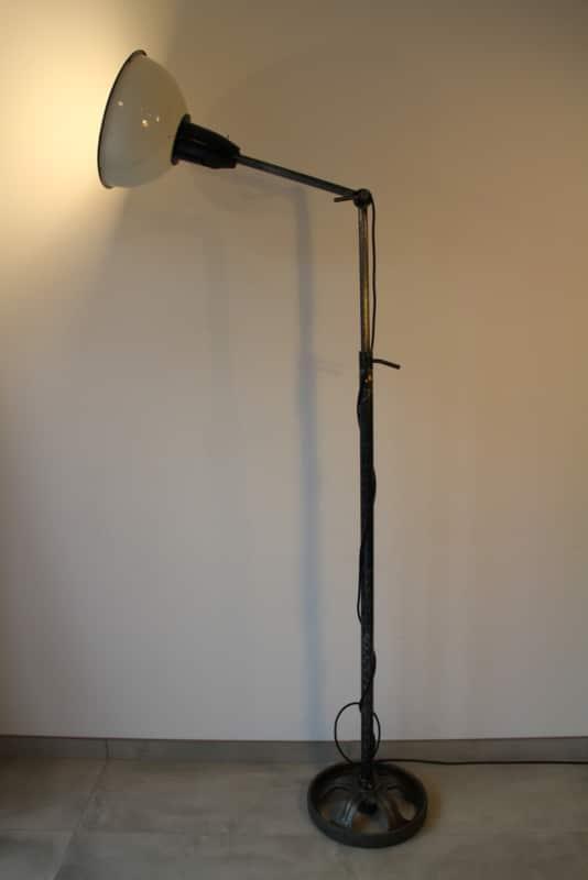 Industriële vloerlamp met witte kap