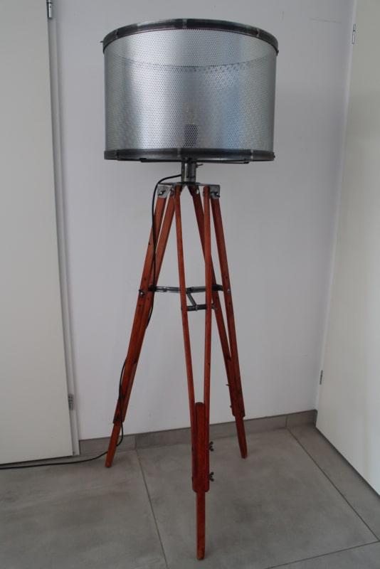 Industriële vloerlamp met geperforeerde kap