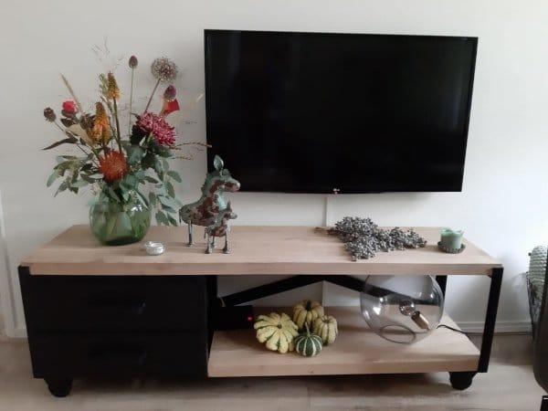 Industriële side table / TV kast Tarnow 2cm zwart met hout