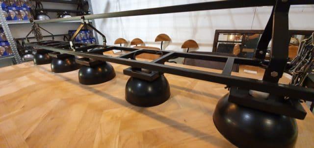 Lamp met halve bollen aan zwarte rails