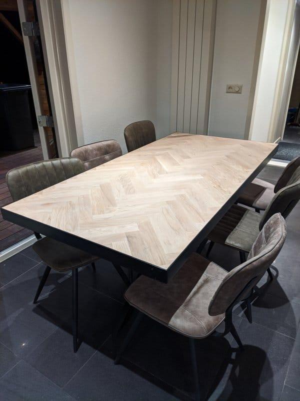 Visgraat eiken tafel Mosina met dunne lijst met U-onderstel 5x5, 8x4, 10x10 of 12x12cm
