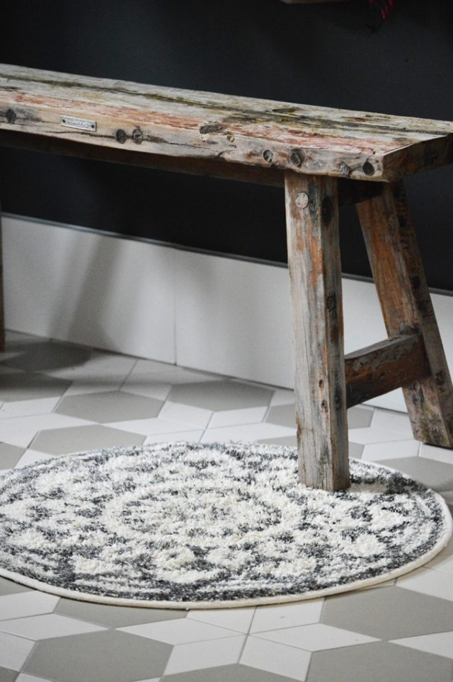 Bath matround made of cotton gray and white graphic design in medium size with anti-slip coating