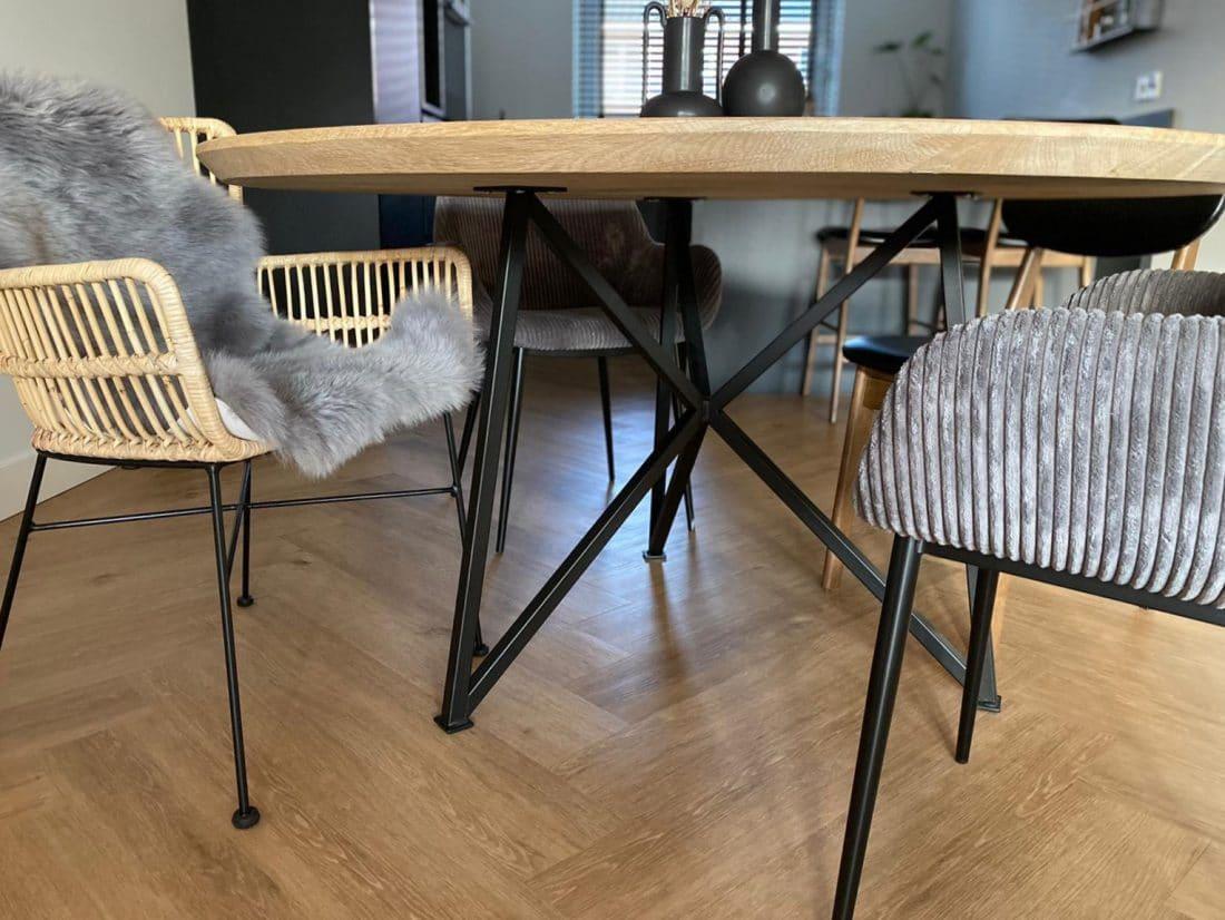 Eettafel Eiken Rond Verjongd Met Slanke Vlinderpoot