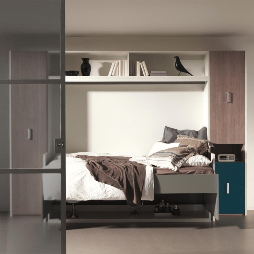 De bedkast Flat Officio met een bed van 140x200 cm. gebruiksklaar als bed.