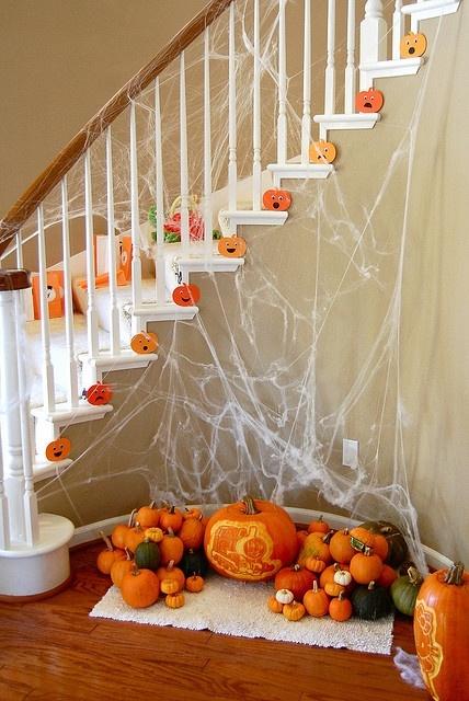 herfst decoratie,trap met pompoenen,hal versieren,halloween in huis,tips halloween decoratie