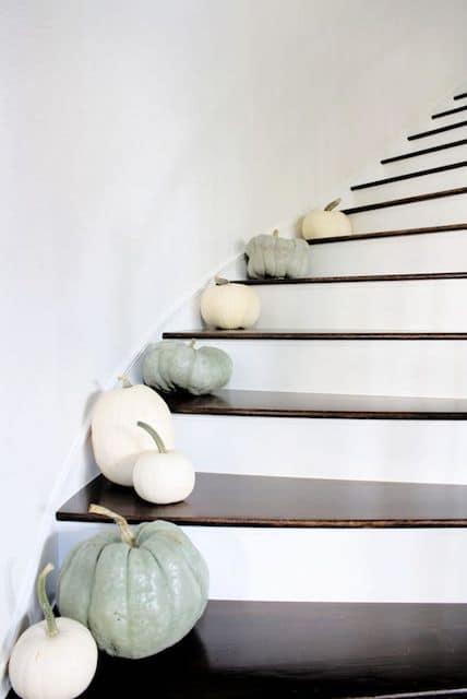 herfst decoratie,trap met pompoenen,witte pompoenen,mint groene pompoenen,trap herfst