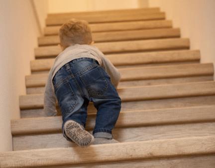 veilige trap,kindje op trap,de trap op klimmen,houten trap,eiken trap,overzet treden,stairz traprenovatie