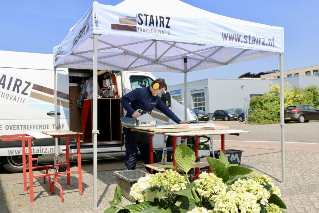 stairz traprenovatie,hoe werkt een traprenovatie,monteur aan het werk,trap renoveren
