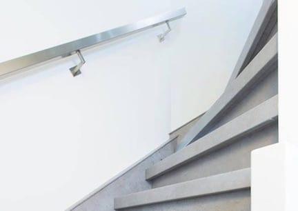 industriele trap,stairz traprenovatie,industrieel interieur,industrieel wonen,industriele inrichting,beton trap met rvs trapleuning,trap licht grijs