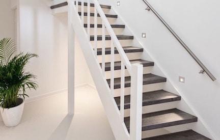 industriele trap,industrieel wonen,industriele inrichting,stairz traprenovatie,wit met grijze trap,overzet treden