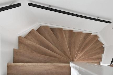 eiken houten trap,eiken trap,eiken houten traprenovatie,vintage oak traprenovatie,eiken houten trap combinatie gietvloer,traprenovatie nieuwbouwhuis,stairz traprenovatie