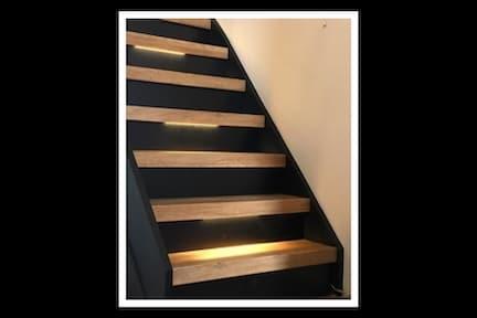 zwarte trap met houten treden,trap met verlichting,moderne trap,strakke trap,stairz traprenovatie,eiken houten trap,trap met verlichting,stairz traprenovatie