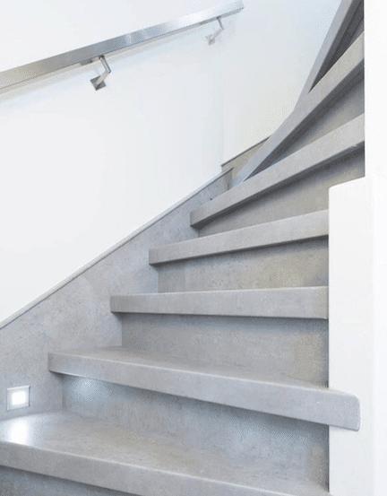 trap inspiratie tips en ideeen,trapinspiratie,betonnen trap,lichtgrijze trap,trap met verlichting,stairz traprenovatie,dichte trap grijs