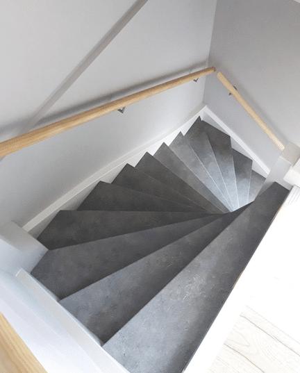 trap inspiratie tips en ideeen,dichte trap old stone,grijze trap,trapinspiratie,grijze trap,houten trapleuning,mooie trap,houten trap,trap renoveren,stairz traprenovatie