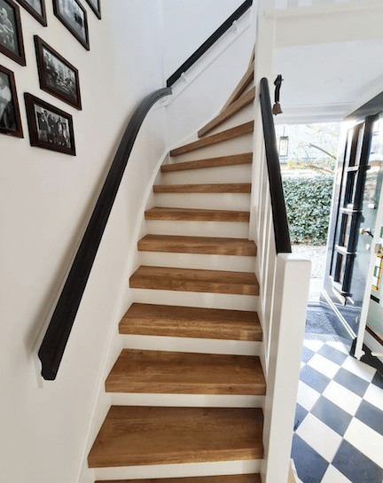 trap inspiratie tips en ideeen,trapinspiratie,vintage eiken trap,houten trap met zwarte trapleuning,mooie trap,klassieke trap,stairz traprenovatie,mooie trap