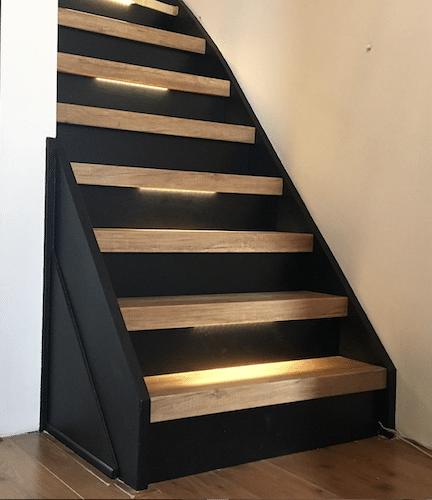 trap inspiratie tips en ideeen,trapinspiratie,zwarte trap,zwart met eiken houten trap,trap met verlichting,trapverlichting,mooie trap,stoere trap,stairz traprenovatie