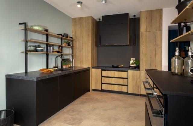 Met een slim uitgedachte indeling en trendy uitstraling, is deze moderne, strakke keuken een echte eyecatcher in uw woning.