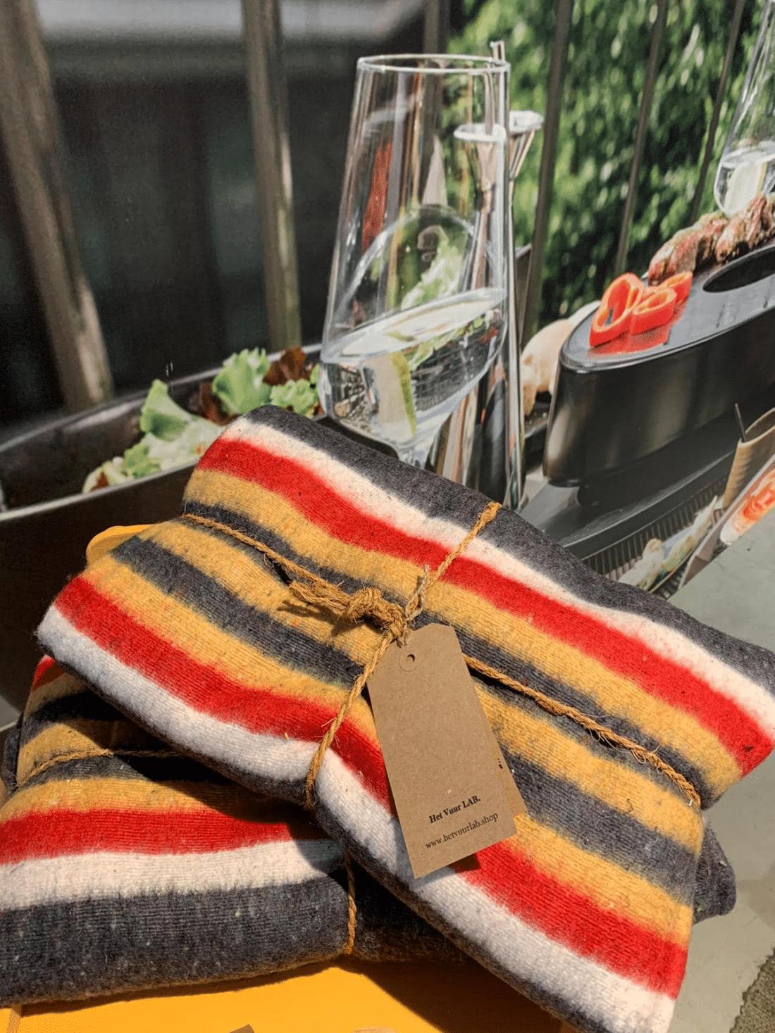 Stoere deken grijs met wit/geel/rood gestreept