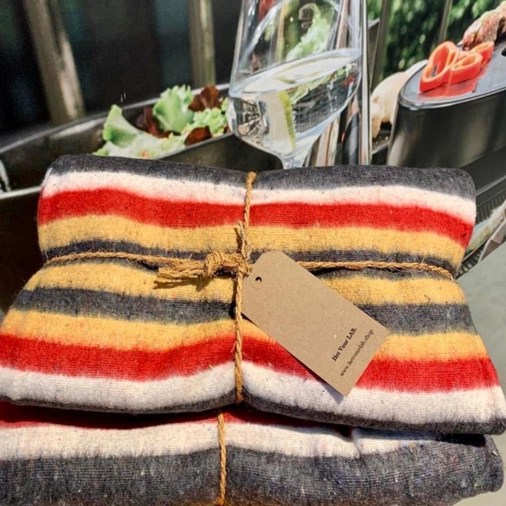 Stoere deken grijs: rood, wit, geel gestreept
