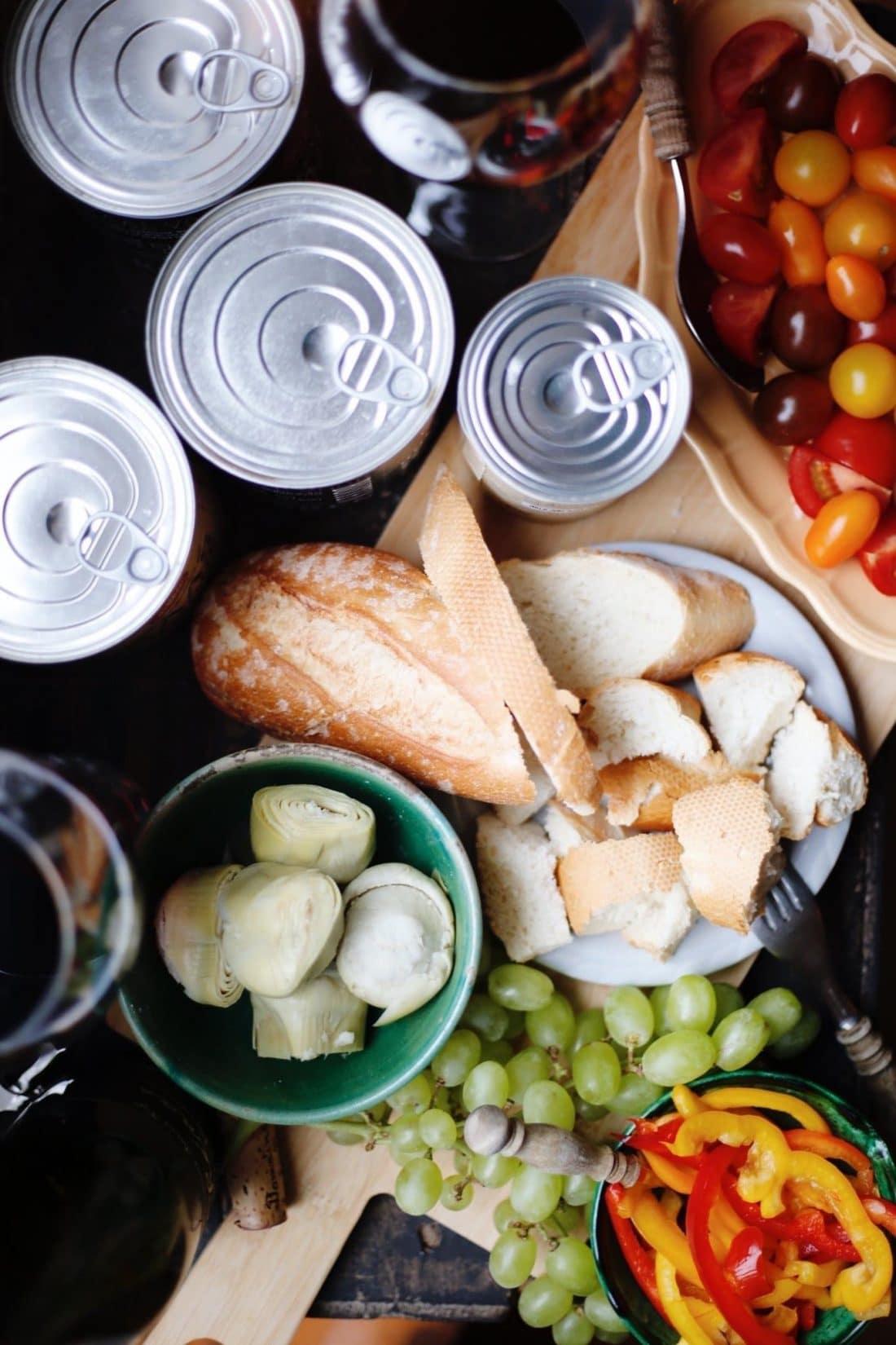 Tomaatjes, stokbrood, paprika en druiven zijn allemaal heerlijk bij onze kaasfondue. Wat dip jij het liefste in onze kaasfondue?